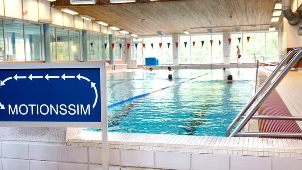 En 25-metersbassäng där människor simmar