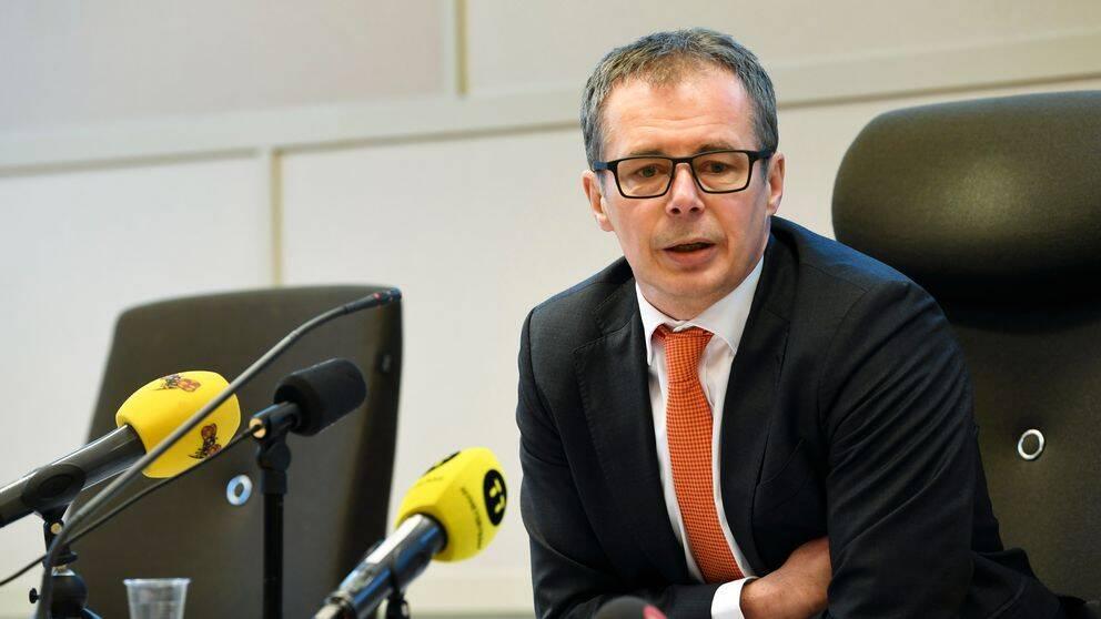 Patrik Alm, chefsrådman, förklarar domen under en pressträff i Solan tingsrätt.
