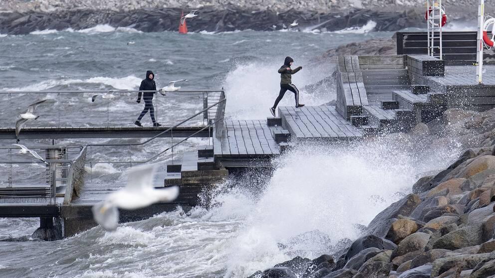 Höga vågor vid Scaniabadet i Malmö.