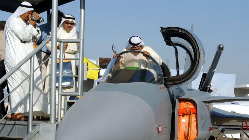 En äldre version av det svenska stridsflygplanet Gripen visas på en flygmässa i Dubai i Förenade Arabemiraten i november 2005.