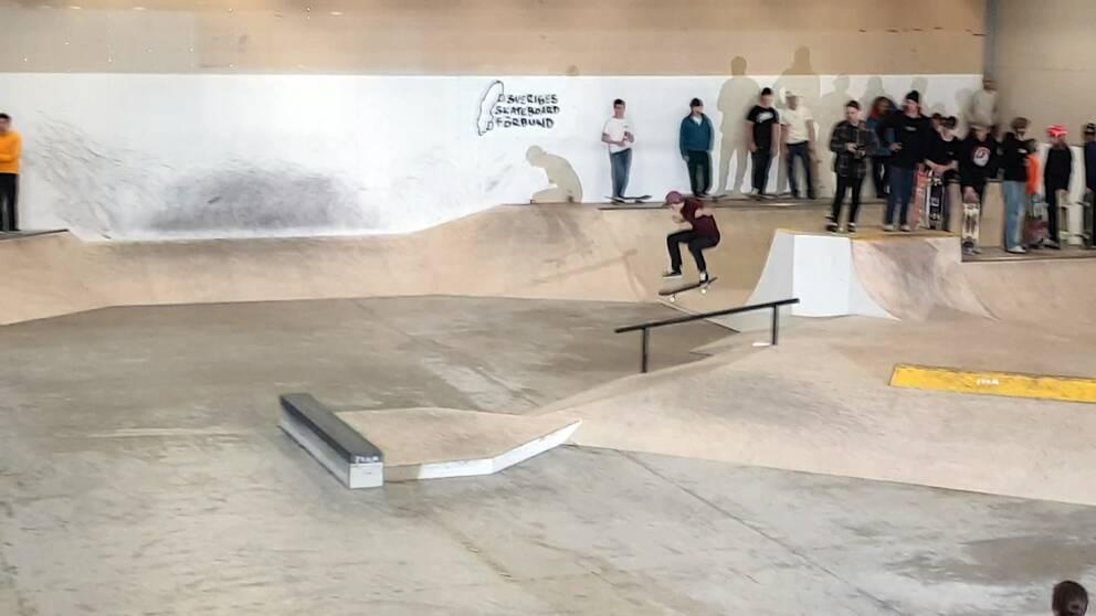 En skateboardåkare i betongpark