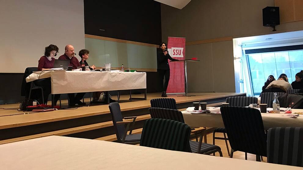 Mötet hölls på konferensanläggningen Kockum fritid i Västra Hamnen i Malmö. Bilden visar en scen där valberedningen sitter vid ett bord.
