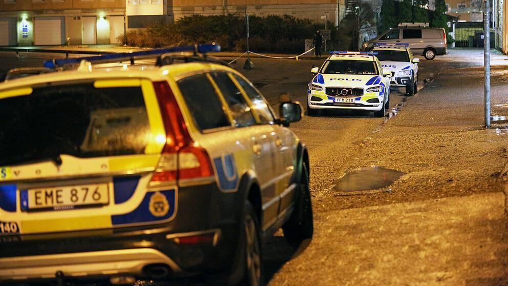 Brottsplatsen var avspärrad under lördagskvällen och polisen höll vid 21-tiden förhör med och inväntade tekniker för en teknisk undersökning.