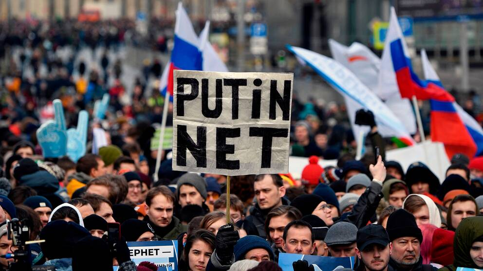 Demonstranter kräver internetfrihet i Moskva.