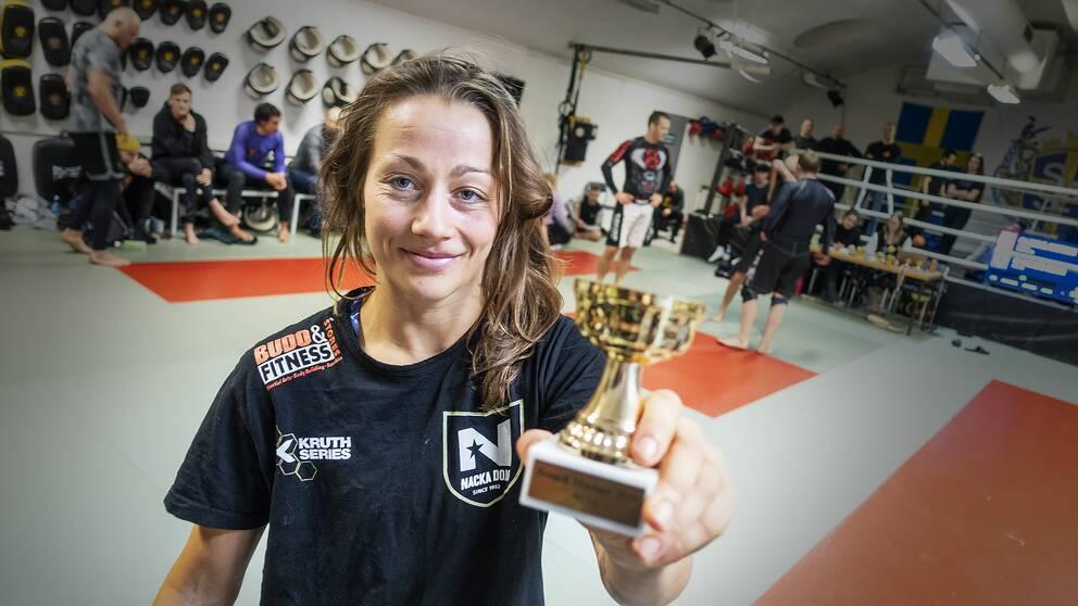 Eva-My Persson håller i sin guldpokal.