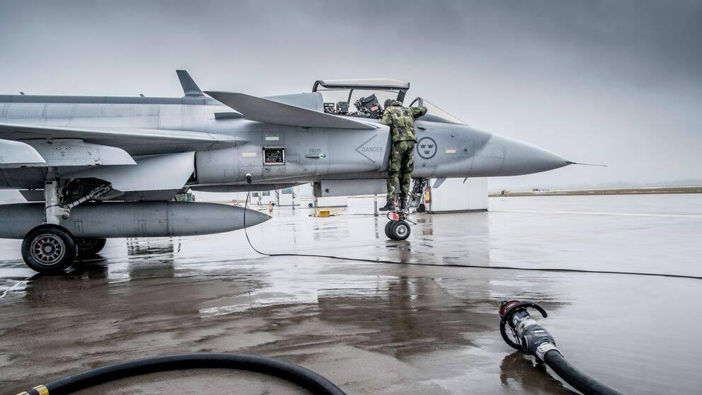 Brasilien köper Jas Gripen-plan och som ett led i det är två brasilianska piloter i Sverige och tränar på Skaraborgs flygflottilj F7 i Såtenäs 2015.