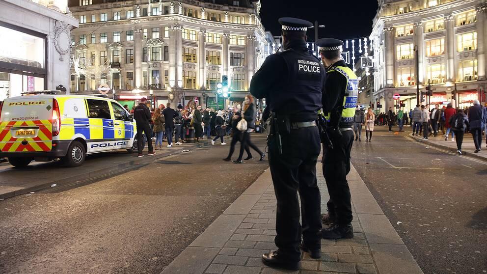 Poliser på plats vid Oxford Circus i London.