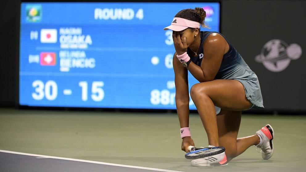 Naomi Osaka deppar efter en förlorad boll mot schweiziskan Belinda Bencic.