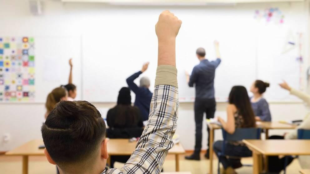 Uppsatsämnena från niondeklassarnas nationella prov har läckt ut i förväg. Personerna på bilden har ingenting med det inträffade att göra.