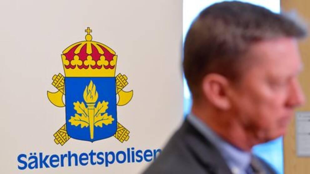 """Säpochef Klas Friberg presenterar SÄPOs årsbok på kontoret i Solna. Hotbilden mot Sverige är """"bredare"""" och ser annorlunda ut jämfört med tidigare, enligt Säkerhetspolisen."""