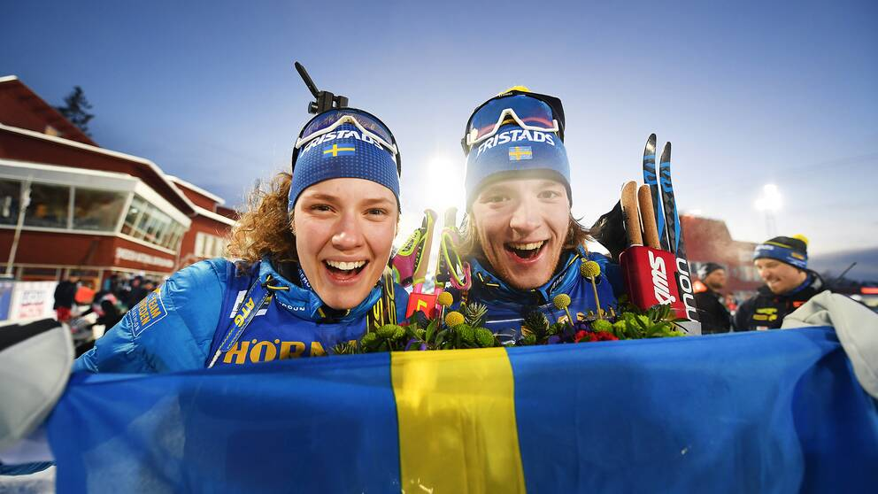 Hanna Öberg och Sebastian Samuelsson firar bronset.