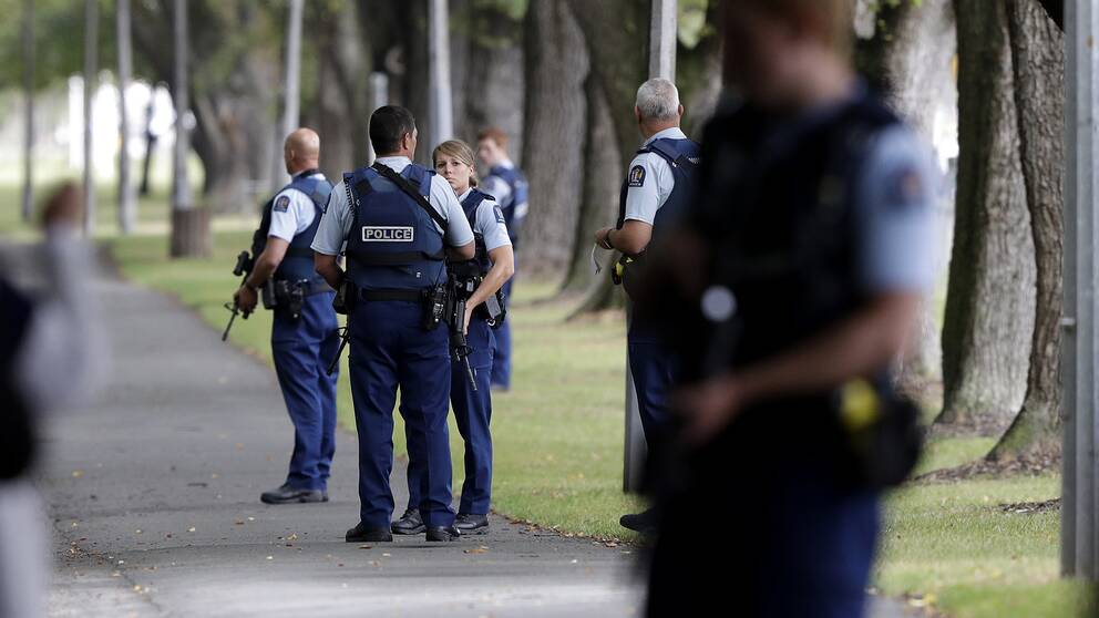 Poliser på plats vid en av de moskéer i Christchurch som attackerades.