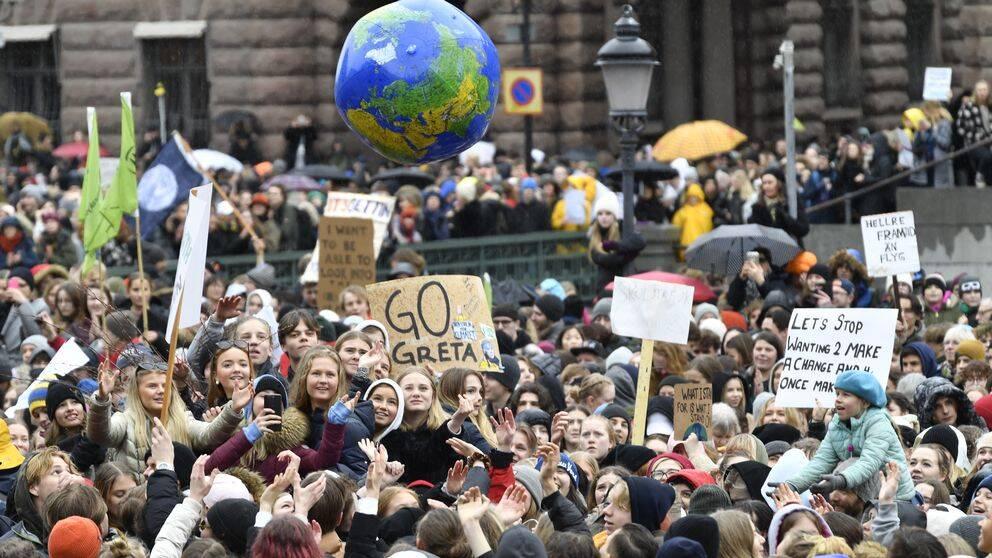 """Deltagare i den globala kllimatstrejken """"Global strike for future"""" på Mynttorget i Stockholm fredag 15 mars."""