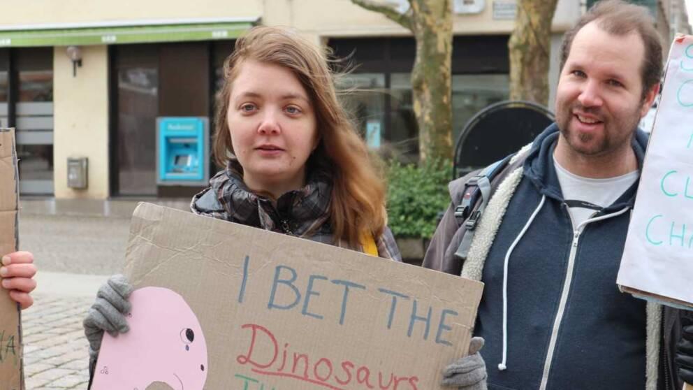 kvinna med aktivistskylt