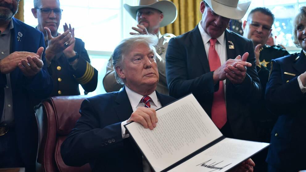 Donald trump visar upp vetot.