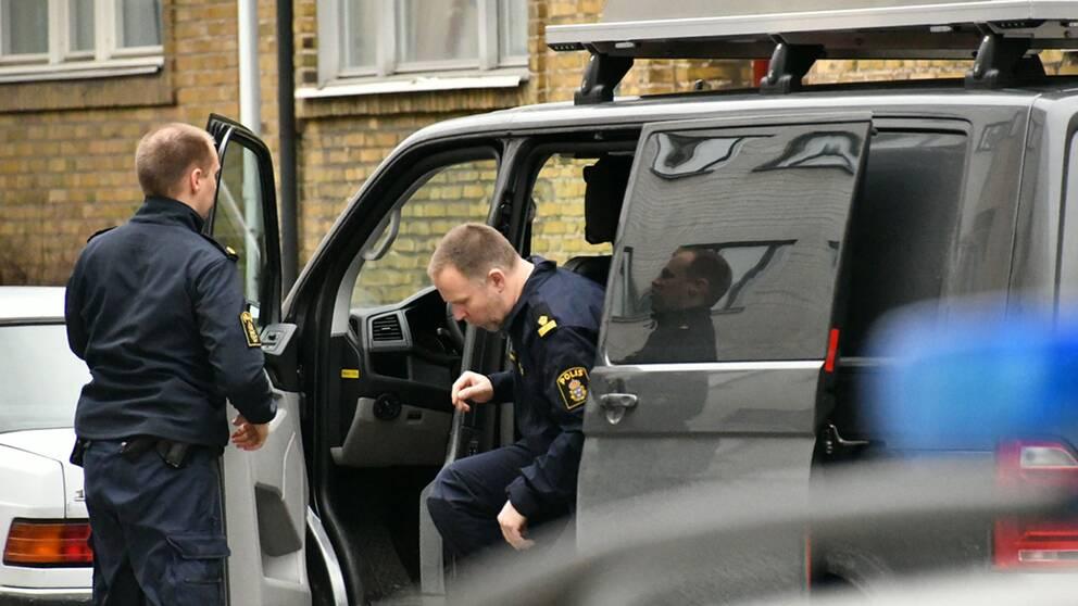 Mannen ska, enligt polisen, ha fört med sig kvinnan mot hennes vilja till en lägenhet där han ska ha våldtagit henne.