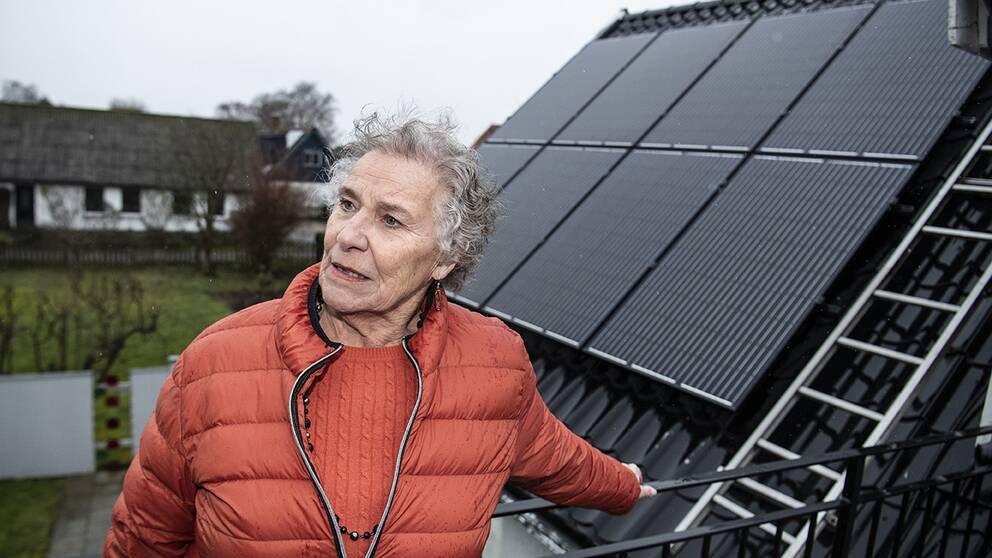 – I somras var det väldigt trevligt med solpaneler. Jag har en sådan därappi mobilen där man kan se hur mycket det kommer in –wow! säger KarinLefvert.