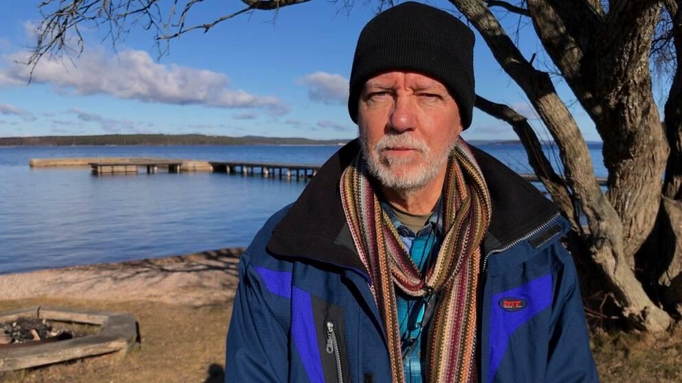 Christer Haagman i Aktion Rädda Vättern framför brygga ut i Vättern