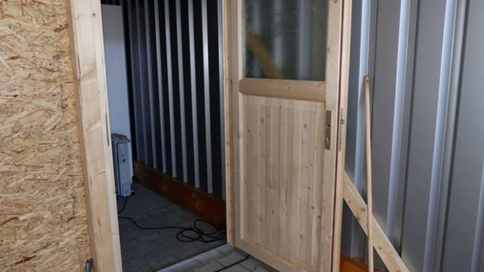 Tysk polis slog till mot dr Mark Schmidts garage i Erfurt och hittade ett dopningslaboratorium.