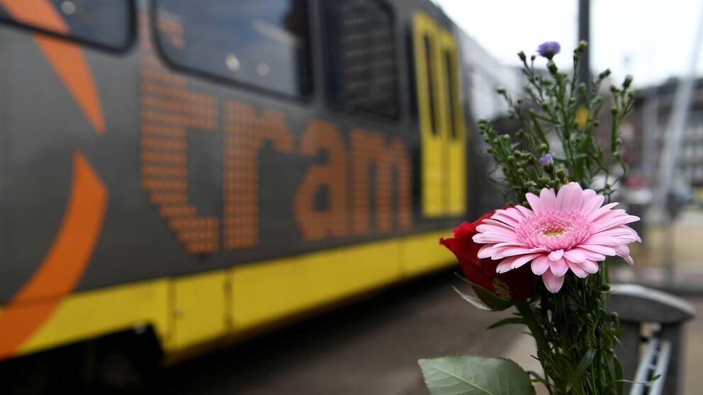 Blommor vid platsen för dådet.