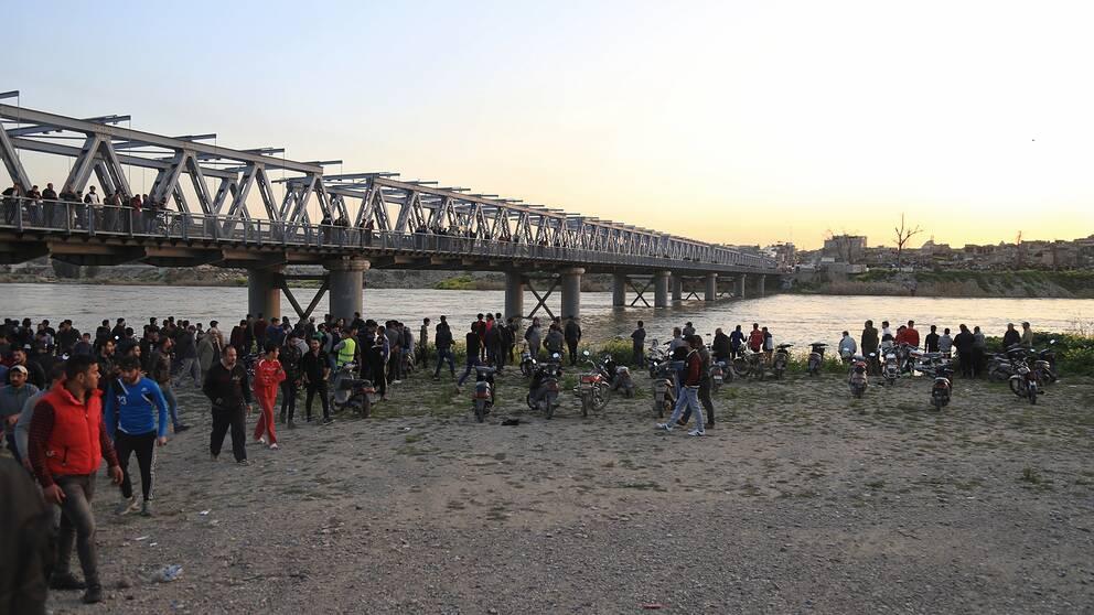 Många personer vid floden Tigris i Mosul, Irak.