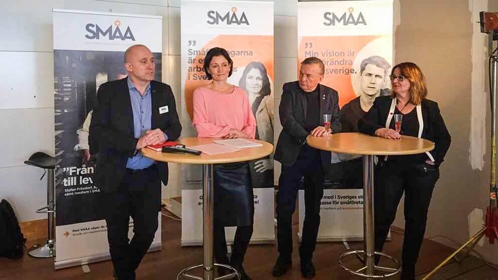 50 nya jobb i Lycksele. Det meddelade Småföretagarnas arbetslöshetskassa vid en pressträff under fredagen. Styrelseordförande Leif Walterum och vice ordförande Helena Lundgren tillsammans med Lyckselepolitikerna Christer Rönnlund (M) och Lilly Bäcklund (S).