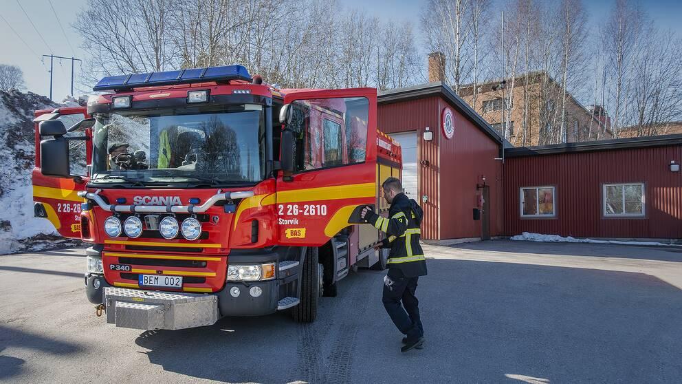 Brandbil framför nuvarande brandstationen i Storvik.