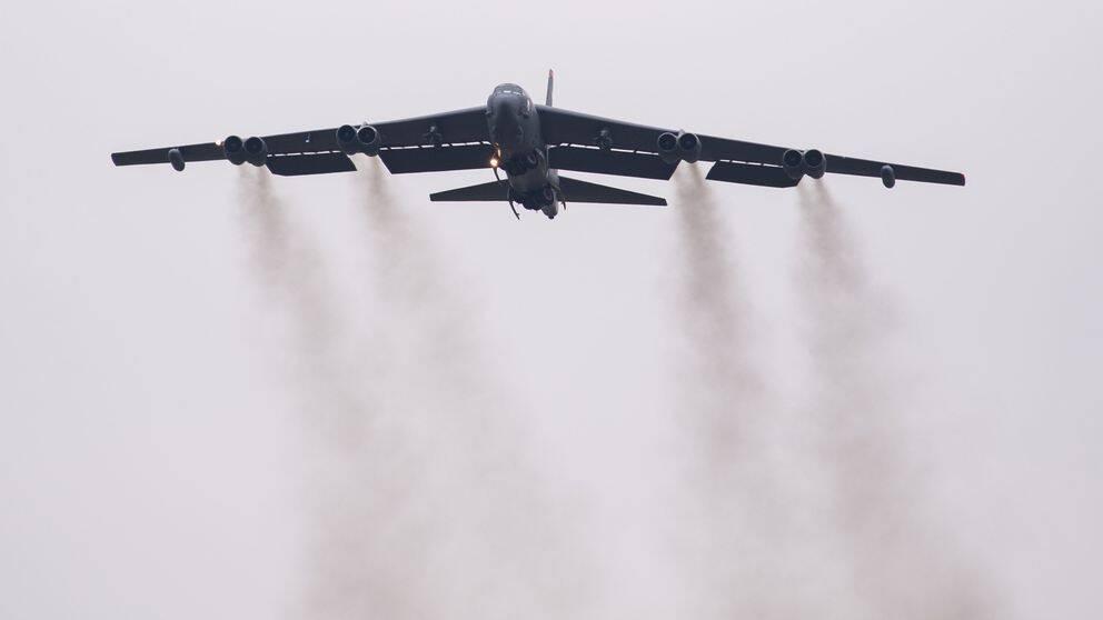 Ett B-52 bombflygplan lyfter från Barksdale flygbas i Louisiana i USA på torsdagen för att ansluta till bombstyrkan i Fairford i Storbritannien.