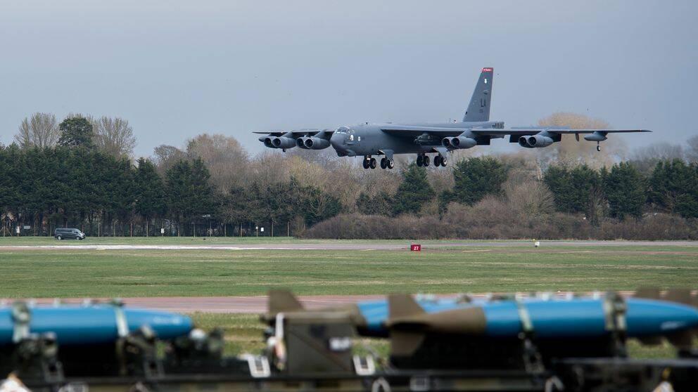 Ett B-52 Stratofortress bombflygplan landar på flygbasen i Fairford i Storbritannien 21 mars 2019.
