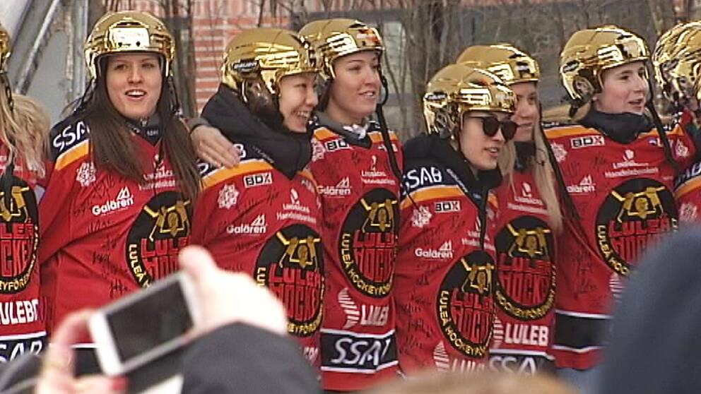 Spelarna i Luleå Hockey/MSSK firas för att de tagit SM-guld.