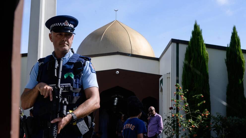 Tungt beväpnad polis utanför Al Noor-moskén i Christchurch i samband med att den öppnade för besökare igen en vecka efter dådet.