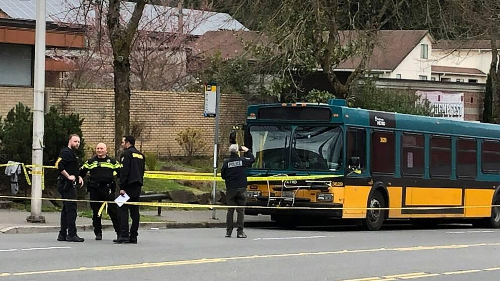 Polisen på plats vid bussen som mannen öppnade eld mot under natten till onsdagen svensk tid.