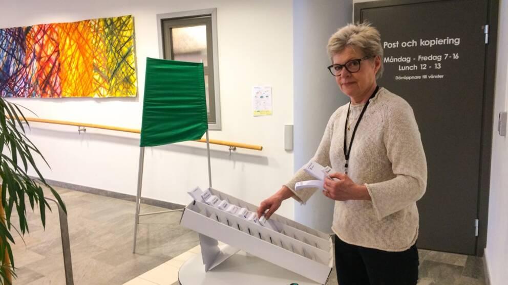 Kerstin Oremark, valansvarig i Hudiksvall, gör i ordning vallokalen för de som vill förtidsrösta till Falun kommuns omval 7 april.