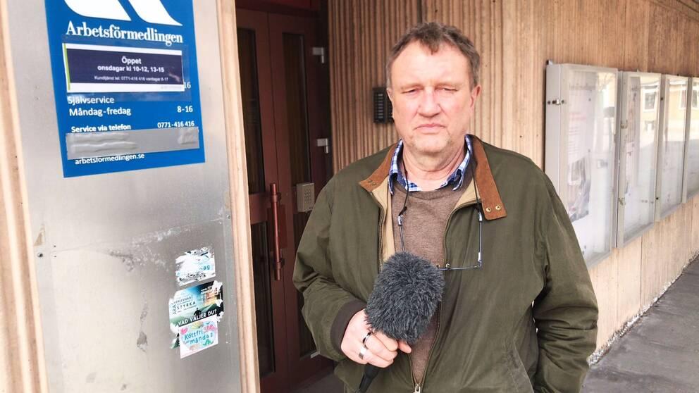 kjell lundström reporter framför arbetsförmedlingen i finspång