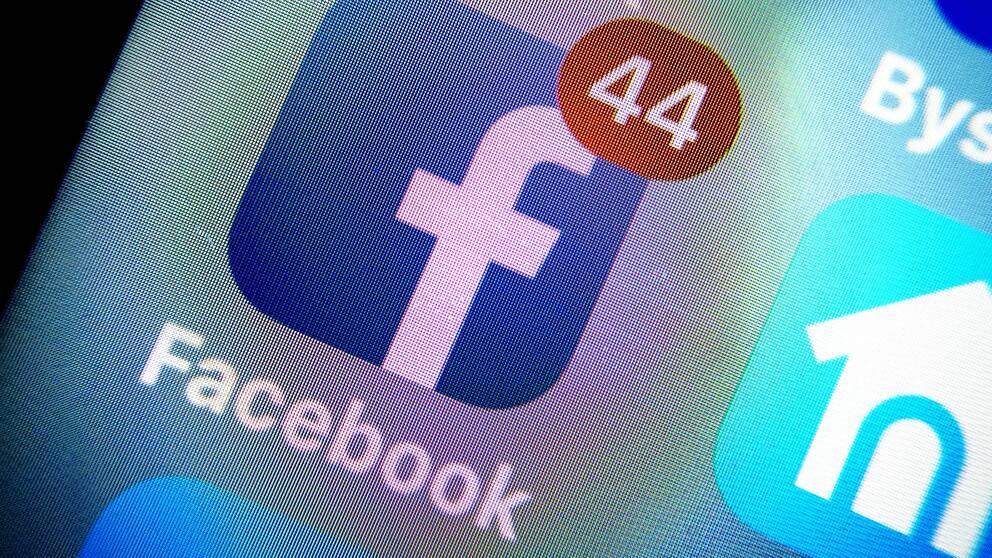 Facebooks appsymbol tagen från en skärm