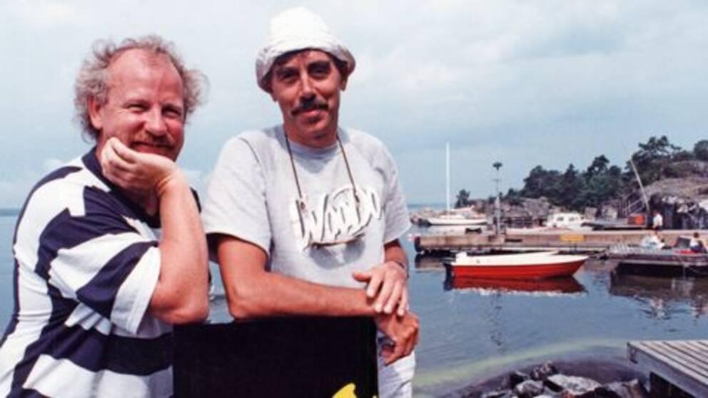 Jon Skolmen (t.v.) och Lasse Åberg under en inspelningspaus av filmen SOS – En segelsällskapsresa från 1988