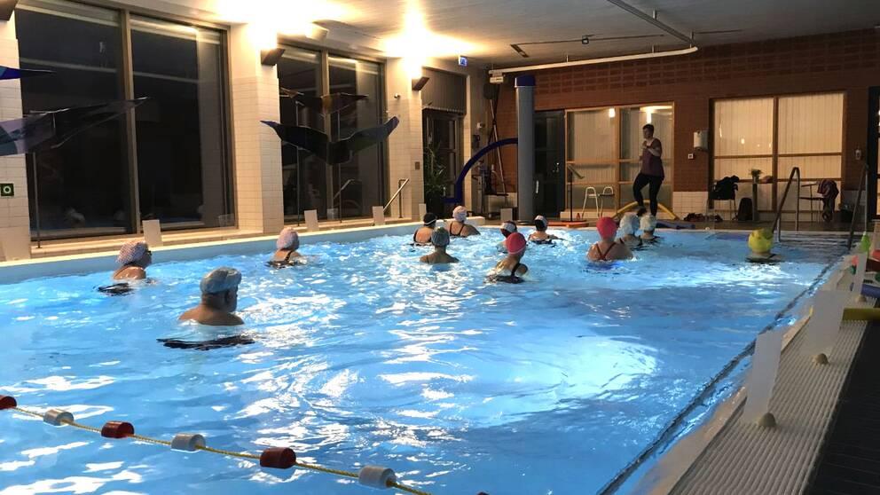 Vattengymnastik i bassängen på Lindesbergs lasarett.