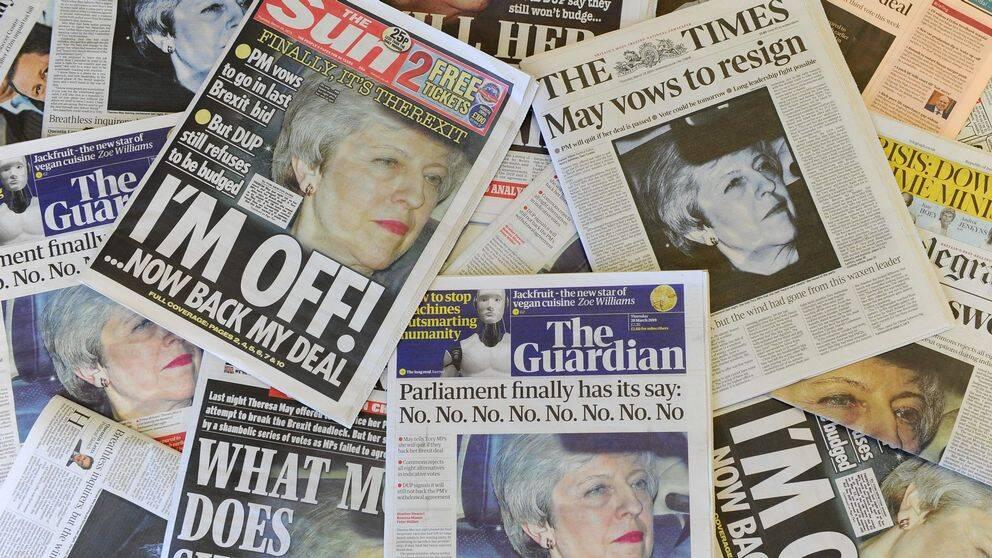 Brittiska tidningar med förstasidorna täckta av Theresa Mays ansikte och olika rubriker.