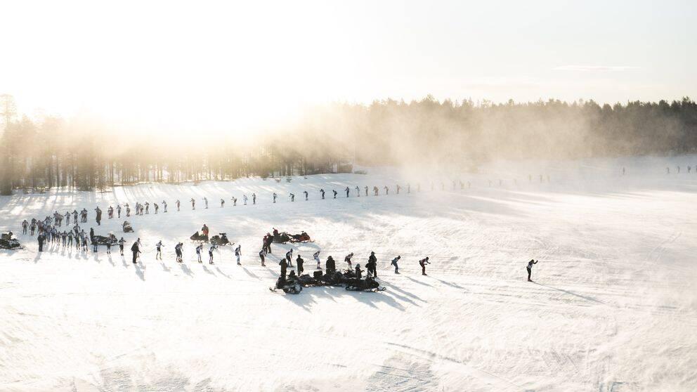 Här åker de 425 skidåkarna i Nordenskiöldsloppet i Jokkmokks kommun iväg.