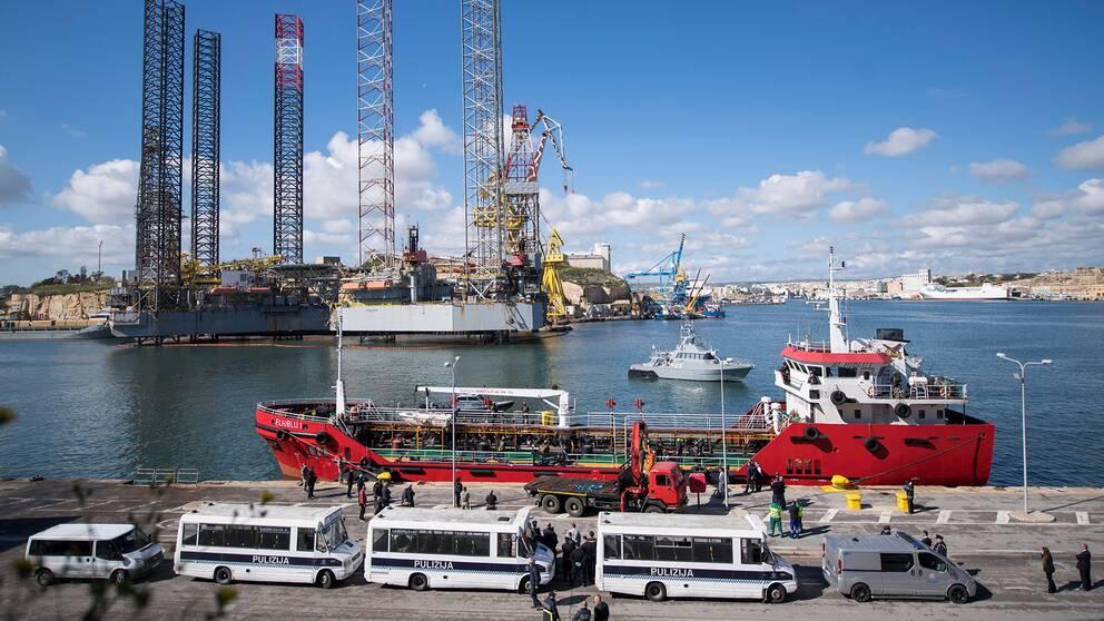 Maltesiska specialstyrkor säkrade fartyget och förde det till Vallettas hamn.
