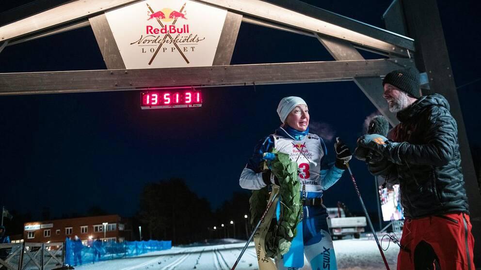 Skidåkaren Nina Lintzén blir intervjuad efter att hon gått i mål som bästa kvinna i loppet Nordenskiöldsloppet.