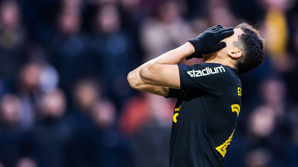 AIK:s Tarik Elyounoussi deppar i krysset mot Östersund.