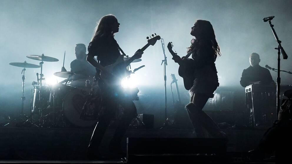 Siluettbild på systrarna Johanna och Klara Söderberg på scen i Globen