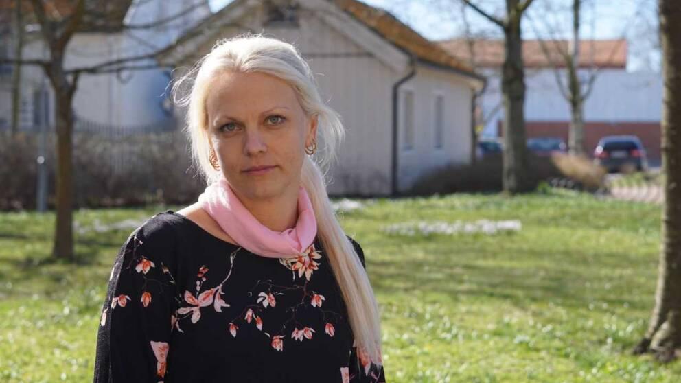 blond kvinna i blommig tröja