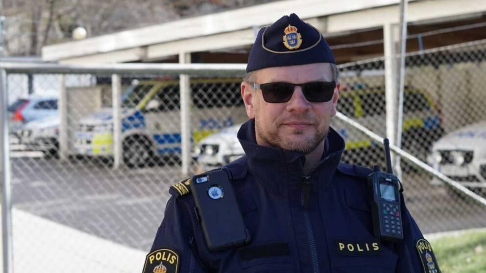 polis i solglasögon