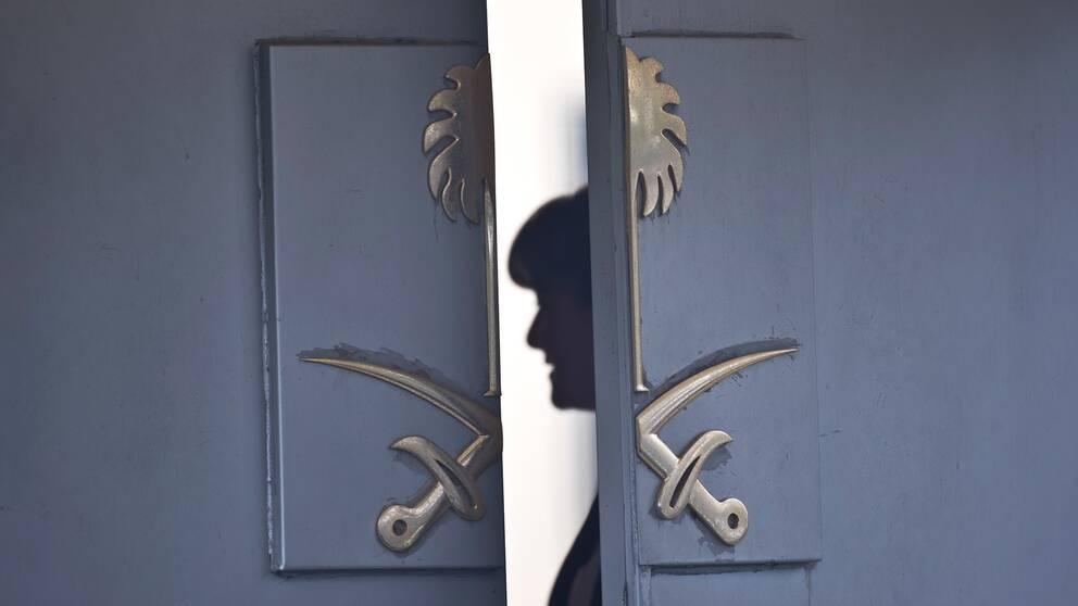 En dörr med det saudiska sigillet står på glänt.