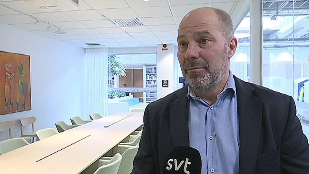Lars Lennmalm – en medelålders man i kavaj i ett mötesrum
