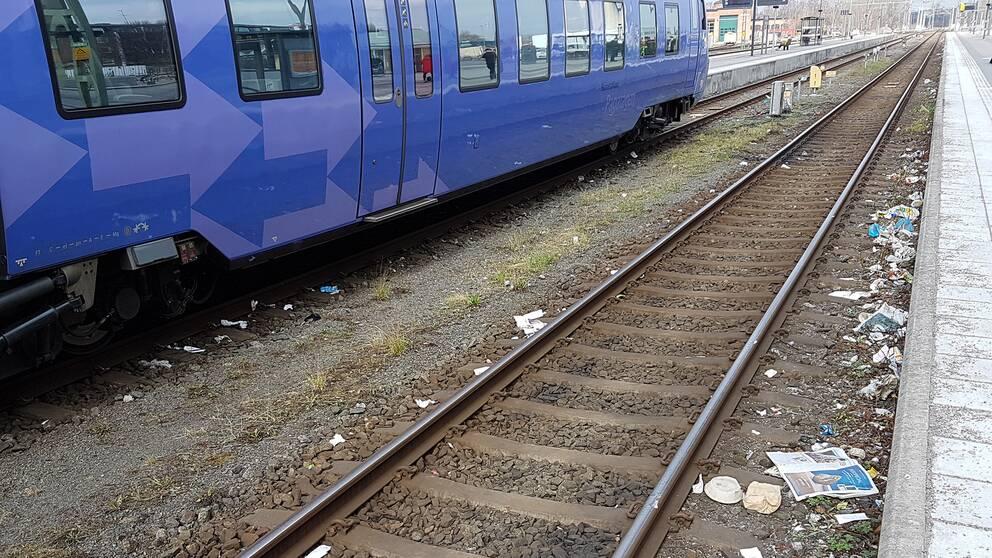 Nedskräpning längs perrongen på Kristianstad C