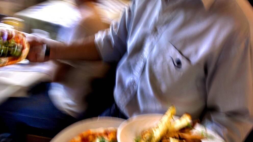 Serveringspersonal levererar mat