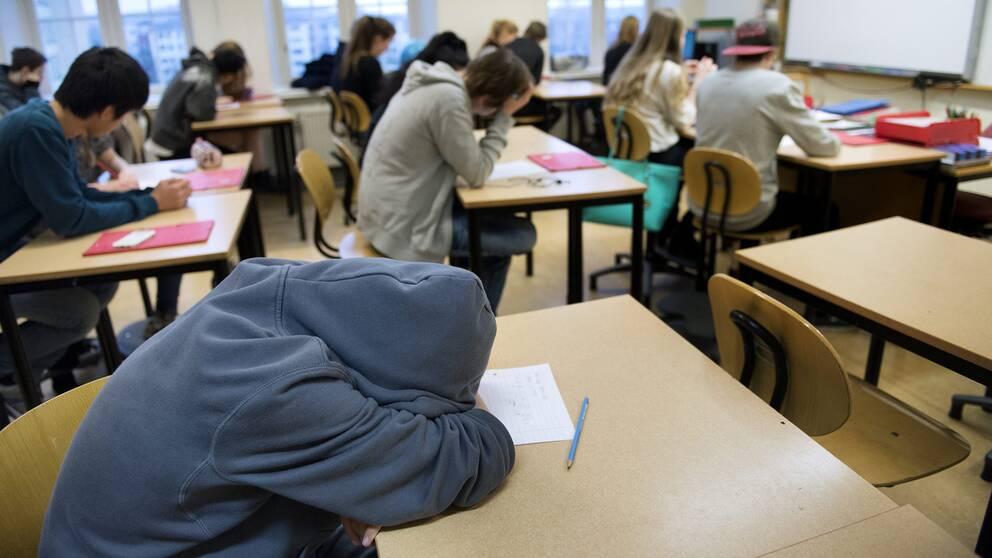 Högstadieelever i ett klassrum.